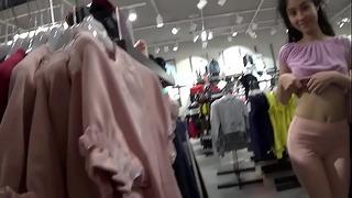 Venkovní trojcestný sex v obchodě