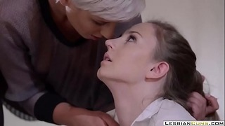 Lesbiancums.com ⇨ Ένοχος έφηβος Strapon Γαμημένο από καθηγητή Λεσβιών