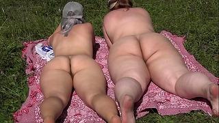 Leszbikus hatalmas szamár kísérlettel egy új szexuális játékszer a szabadban. Természetes orgazmus in Vivo. Pawg.