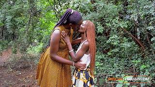 Matrigna africana che insegna alla figliastra adolescente arrapata