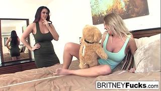 Alison & Britney Amber Użyj ich nowego wibrującego misia
