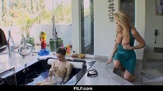 Filf Mom hjälper mig att rengöra min figur