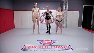 Donne nude che lottano con Kaiia Eve che combattono Kyaa Chimera e poi la scopano forte