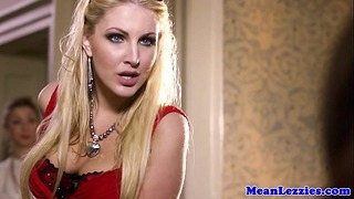 Busty Lezdom Ava Koxxx leert blonde manieren
