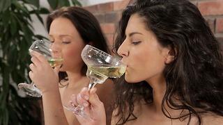 Piss Drinking – Darling Girls Guzzle Down Golden Piss