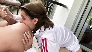 Le piace fare pipì e leccare il culo di un ragazzo - Rimming selvaggio e pissing