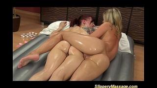Massaggio scivoloso con lesbiche