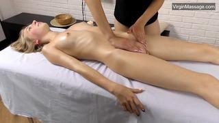 Lizka bionda russa super sexy con tette corte massaggiate